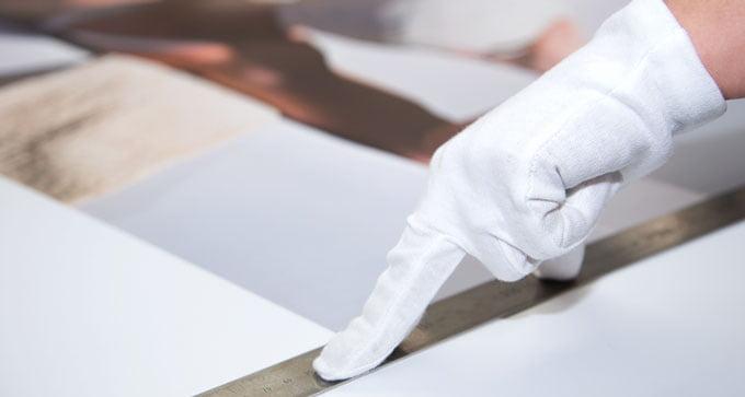 Zuschneiden eines Giclée Drucks von Hand in der Officina Fotografica
